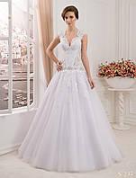 Легкое свадебное платье с воздушной юбкой и удлиненным лифом