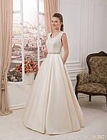 Бесподобное свадебное платье из закрытыми плечами и нежным расшитым поясом