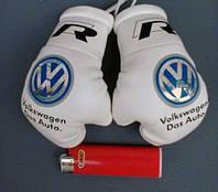 Боксерские перчатки в машину на стекло сувенир брелок  белые Volkswagen