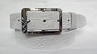 """Кожаный женский ремень 40 мм белый с цветочным рисунком пряжка """"качеля"""" серебряная со стразами"""