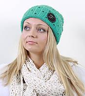 Яркая шапка средней вязки