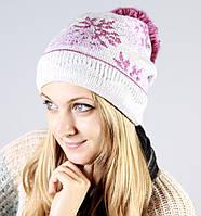 Белая шапка с розовым помпоном