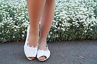 Стильные белые кружевные балетки с открытым носком. АРТ-0548
