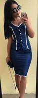 Джинсовый женский костюм с облегающей юбкой по колено и блузой на пуговицах без рукавов