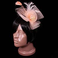 Шляпка цветок на заколке с бантом и перьями, светло-персиковая