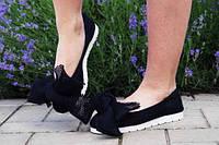 Стильные черные женские туфли на низком ходу без застежек с крупным бантом