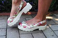 Модные женские босоножки с цветочным принтом на белой тракторной подошве