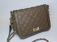 Женская стеганная сумочка светло коричневого цвета с металлическими элементами