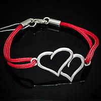 Серебряный женский браслет на тканевом шнурке красного цвета