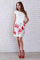 Отличное летнее платье белого цвета украшено роскошным цветочным рисунком