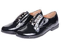 Закрытые женские лаковые туфли на низком каблуке