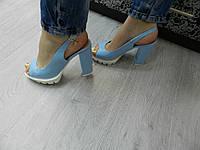 Босоножки из натуральной кожи с устойчивым каблуком голубые