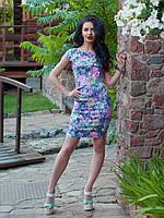 Нарядное летнее платье приталенного кроя с красивым цветочным рисунком