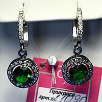 Стильные серебряные серьги подвески с зеленым камнем 21090