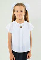 Красивая школьная блуза белого цвета с брошкой