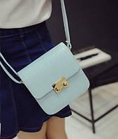 Женская бела сумка на застежке с длинной ручкой