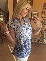 Стильная белая с синим рисунком блузка с карманами