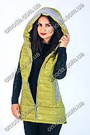 Красивый женский удлиненный жилет оливкового цвета с карманами и капюшоном
