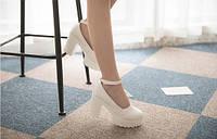 Туфли белые (высота каблука 9-9,5 см)с перепонкой.