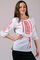 Нежная народная вышиванка с орнаментом красный и голубой узор вышивки.