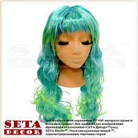 Парик с зелёными длинными вьющимися волосами и чёлкой.
