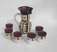 Глиняной кувшин c чашками