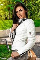 Женская  белая куртка с молниями