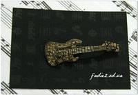 Брошь Гитара золотого цвета в стразах
