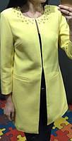 Стильный женский тренч прямого фасона без застежки декорирован бусинами габардин