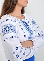 Красивая женская сорочка вышиванка в украинском стиле украшена орнаментом синего цвета