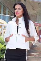 Короткий женский пиджак свободного фасона с кармашками и воротником стойка стеганный трикотаж