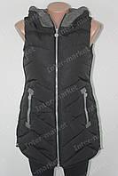 Женская молодежная  удлиненная безрукавка жилетка  с капюшоном