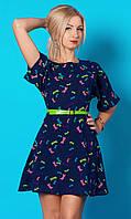 Летнее женское платье темно-синего цвета с принтом стрекоза и поясом в комплекте.
