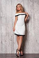 Белое летнее приталенное платье средней длины с открытыми плечами