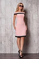 Короткое приталенное летнее платье с открытыми плечами цвета пудры