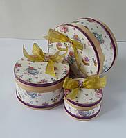 Круглая подарочная коробка ручной работы белого цвета с золотистым бантом и диамантиком