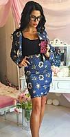Джинсовый женский костюм в цветочек с облегающей юбкой и коротким пиджаком на молнии с длинным рукавом