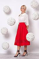Яркий женский костюм из молочной блузы и красной юбки