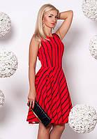 Женское платье красного цвета с пышной юбкой.