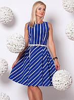 Женское платье синего цвета в косую полоску, без рукава, с поясом в комплекте.