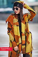 Яркое пальто с большим отложным воротником