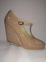 Бежевые лаковые кожаные туфли Еrisses на танкетке . Маленькие размеры.