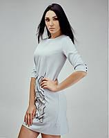 Светло-серое платье с рисунком