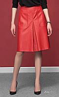 Женская юбка красного цвета из искусственной кожи. Модель Amarel Zaps. Коллекция осень-зима 2016-2017.