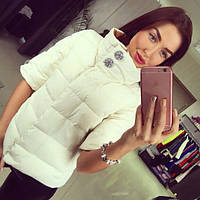 Короткая куртка с воротником-стойка, декорированная фурнитурой