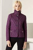 Элегантная короткая куртка на пуговицах с воротником-стойка и накладными карманами
