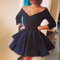 Короткое платье с глубоким вырезом декольте и пышной юбкой c фатином