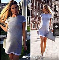 Короткое прямое платье с отделкой на рукавах и по низу юбки