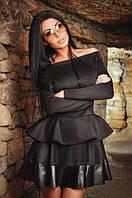 Короткое платье со спущенными рукавами и юбкой с воланами
