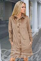 Замшевое женское платье рубашка свободного фасона с удлиненной спинкой и длинным рукавом на манжетах